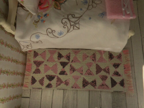 **Miniatur-TEPPICH-BETTVORLEGER*,17,8 x7cm,Puppenstube,rosa-hellcreme,1:12 Stare zabawki Lalki i akcesoria