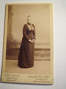 Hamburg-Hohenfelde-stehende-Frau-im-Reifrock-vor-Leinwand-im-Atelier-CDV