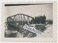 Foto Soldaten-zerstörte Brücke 2.WK  (U670)