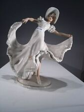 +# A001530 Goebel Archiv Muster Schaubach Dame Frau in Kleid tanzt Schau10, Gold
