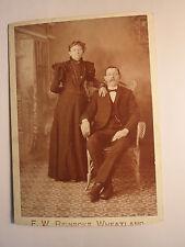 Wheatland Iowa USA - Paar - sitzender Mann mit Bart & stehende Frau / KAB