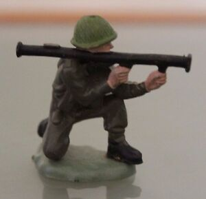 Soldat-PLASTIQUE-BRITAINS-au-combat-avec-Bazooka