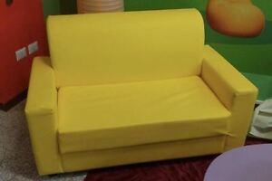 Divano casa 2 posti giallo in finta pelle realizzabile in tutti i,colori