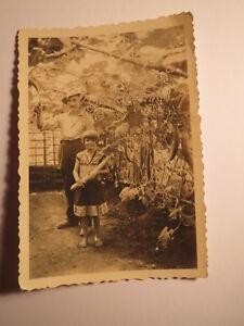Mann-amp-kleines-Maedchen-mit-Gurke-in-der-Hand-stehen-im-Gewaechshaus-Foto