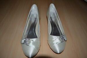 check out 353c5 d7b0d Details zu Satin Brautschuhe Pumps Kitten Heels Schuhe Hochzeit ivory beige  Strass Gr. 39