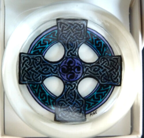HAND PAINTED MADE IN BRITAIN SUPERB CELTIC CROSS GLASS PAPERWEIGHT IN BOX