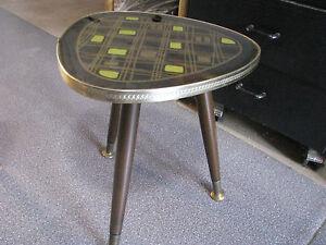 Beistelltische Fein Tischchen Beistelltisch 50er Jahre Dreibein Mit Metallverzierung Und Metallfüßen Einen Effekt In Richtung Klare Sicht Erzeugen Tische