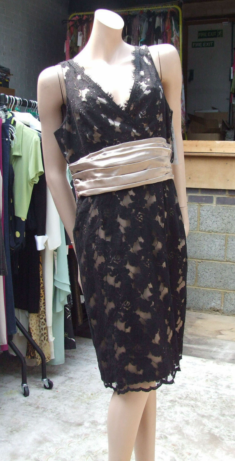 Joseph Ribkoff BNWT UK 16 Stunning schwarz Lace over Faux Gold Satin Evening Dress