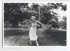 b3659-Film-Actress-Marilyn-Monroe-in-1st-Husbands-Garden-modern-postcard