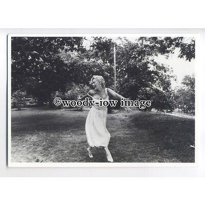 b3659 - Film Actress - Marilyn Monroe in 1st Husbands Garden - modern postcard