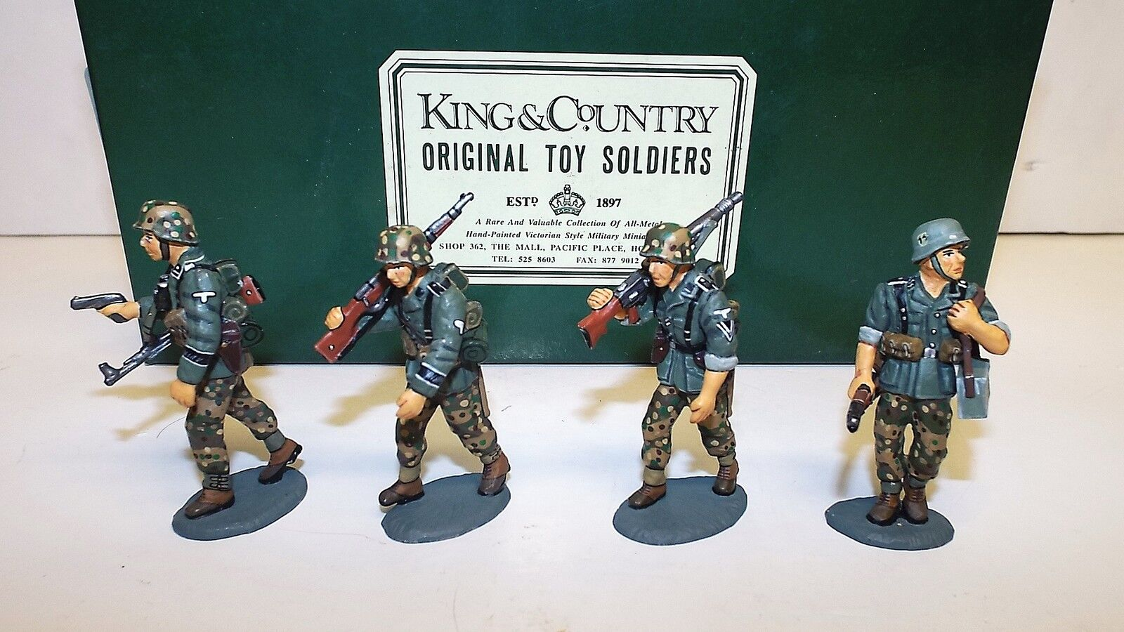 KING & COUNTRY WSS08 OFFICER WITH ADVANCING PANZER GRENADIERS SET BOXED (BS571)