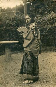 Carte-PHoto-d-039-une-jolie-jeune-femme-habillee-facon-japonaise-ou-geisha