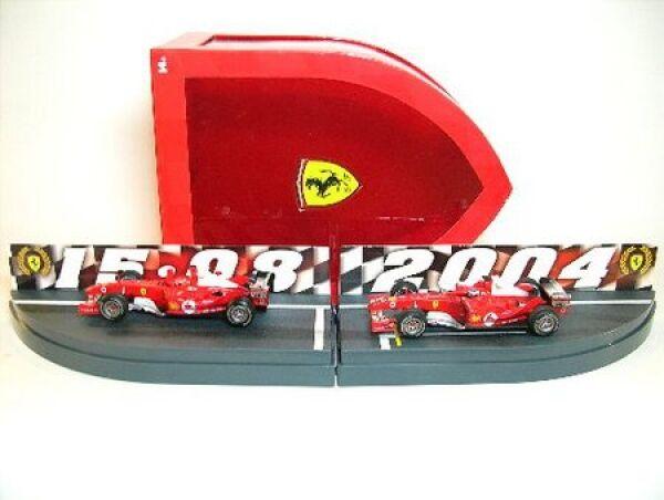 Ferrari F 2004 set M.  schumacher, r. Barichello avec rennspuren formule 1 saison 04  dans les promotions de stade