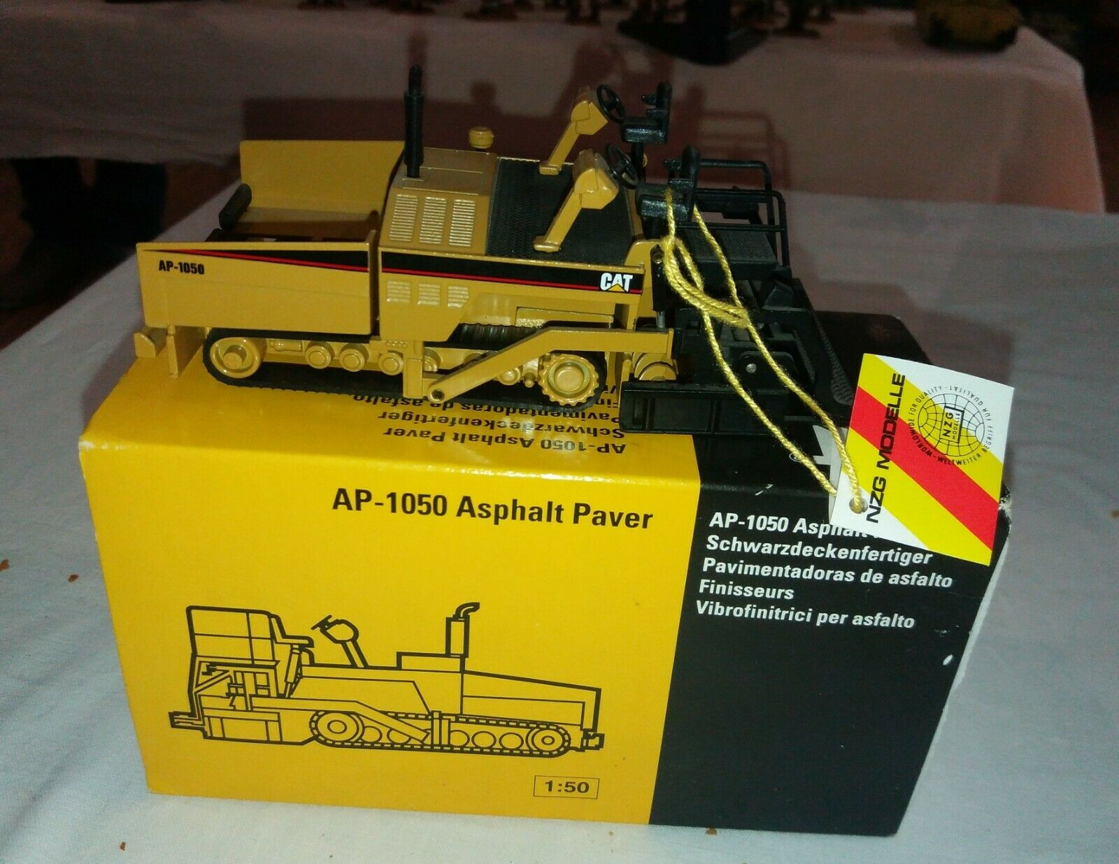 Finisseur AP-1050 CAT Asphalt NZG 388