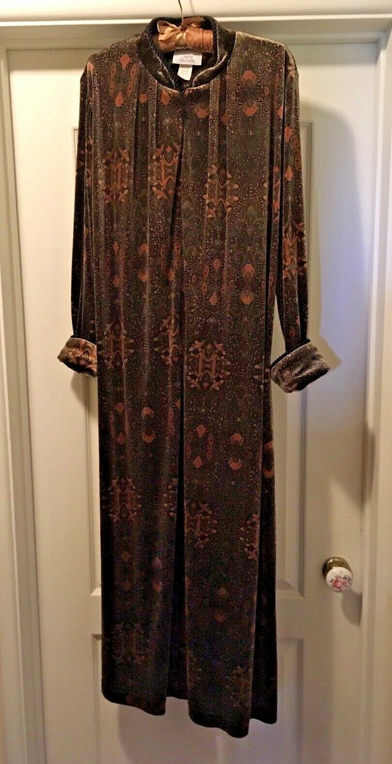 Beautiful Laura Michelle Velour Hidden Front Zip Robe w  Mandarin Collar Größe M