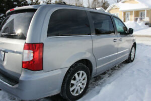 Mini Van - Chrystler town and country 2014