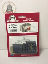 Pk2 Plastic Kit OO Gauge Wills SS22 Lamp Huts with Oil Drums