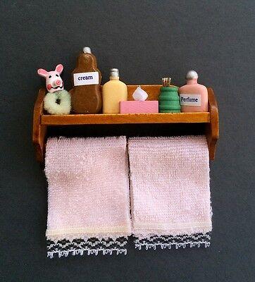 100% Vero Mensola Da Bagno Con Accessori E Rosa Asciugamani, Casa Delle Bambole Miniature, Miniatura- Saldi Di Fine Anno