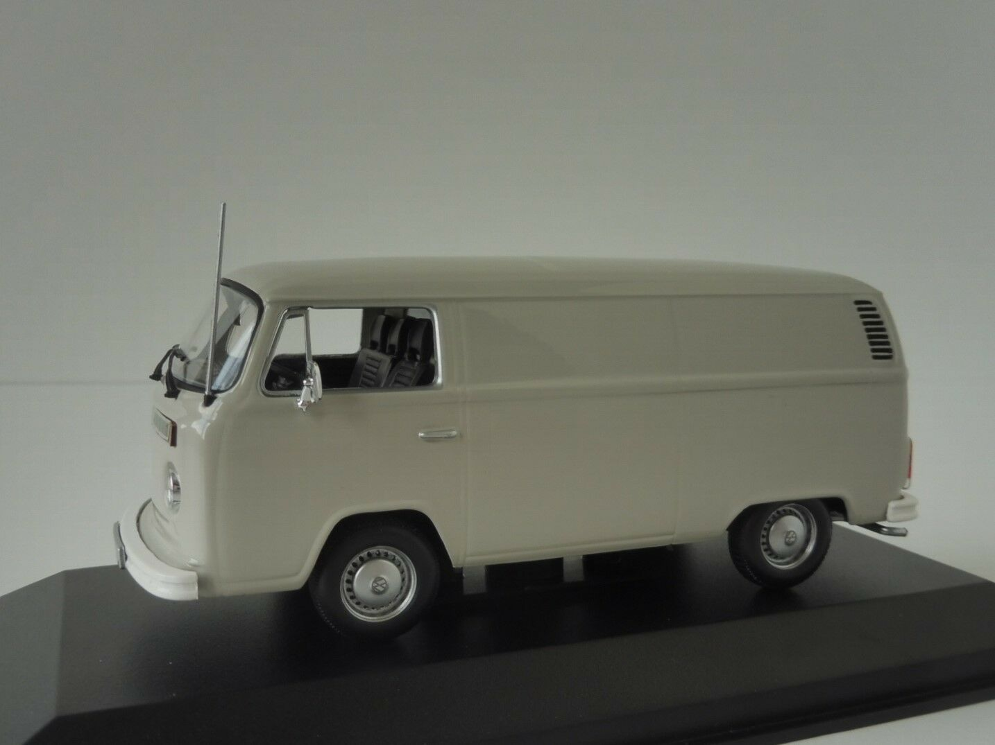 VW T2b 1972 Grau 1 43 Maxichamps by Minichamps 940053060 Volkswagen T2 Bulli  | New Product 2019