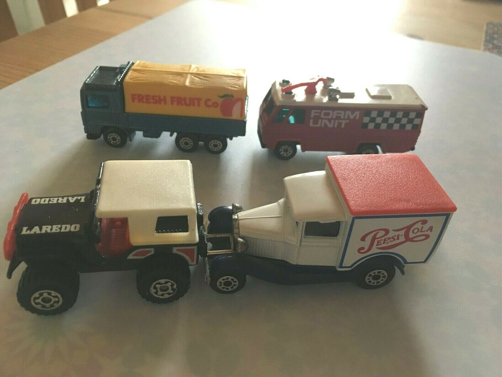 4 x Matchbox liasse 2 x SUPERFAST 1 x rouge Airport 1981 + 1 x Fresh Fruit 1983