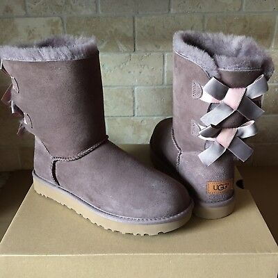 UGG SHORT BAILEY BOW II SHIMMER STORMY