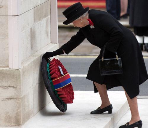 Queen Elizabeth II 10 x 8 UNSIGNED photo P1005