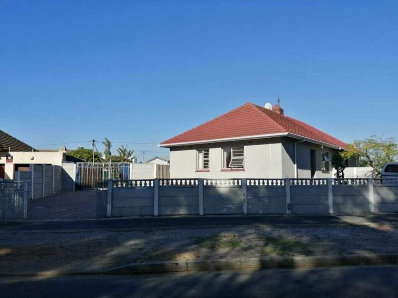 2 Bedroom House in Athlone For Rental At R8,500