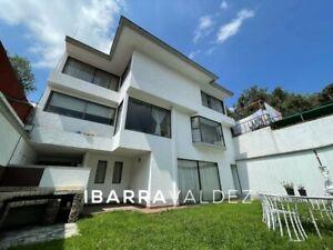Casa en Las Arboledas frente al camellón de corredores y excelente ubicación