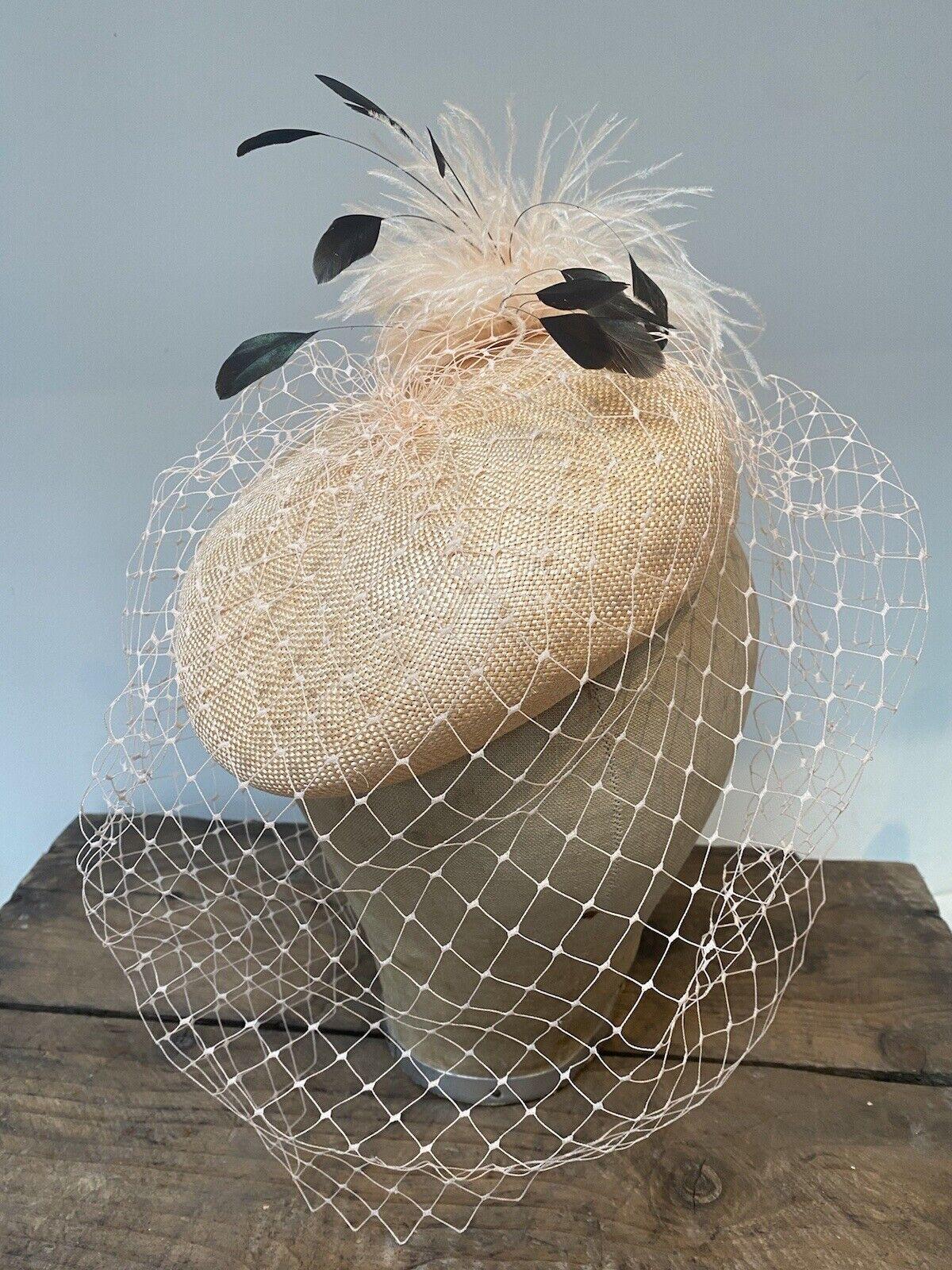 Hermoso Pastillero sombrero estilo vintage con detalle de plumas & Velo