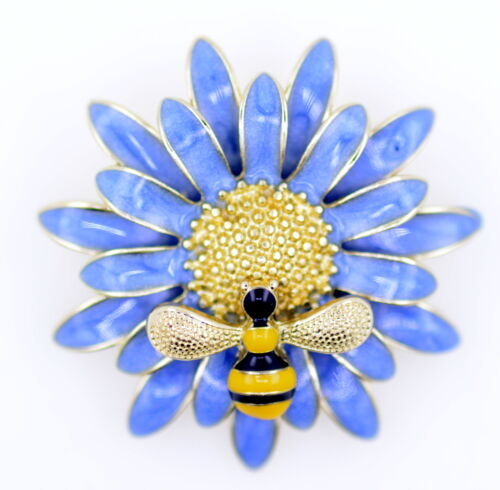 Abeja pequeña en un azul grande Daisy Broche Adorno de oro y esmalte flor y abeja