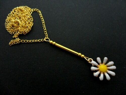 A LOVELY GOLD COLOUR ENAMEL DAISY FLOWER THEMED NECKLACE NEW.