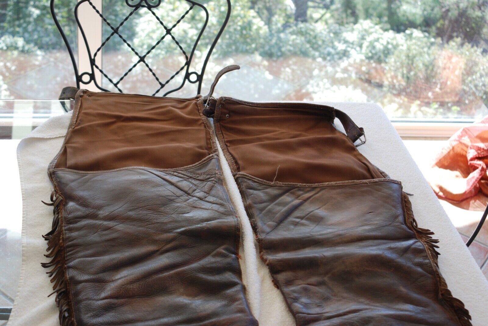 Chaps en cuir ancien de nombreux trou