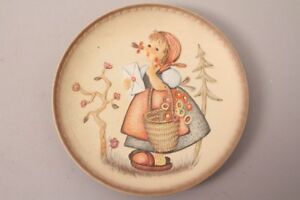Goebel-Hummel-IN-Friendship-Die-Gratulantin-Meditation-Friends-Forever-Plate