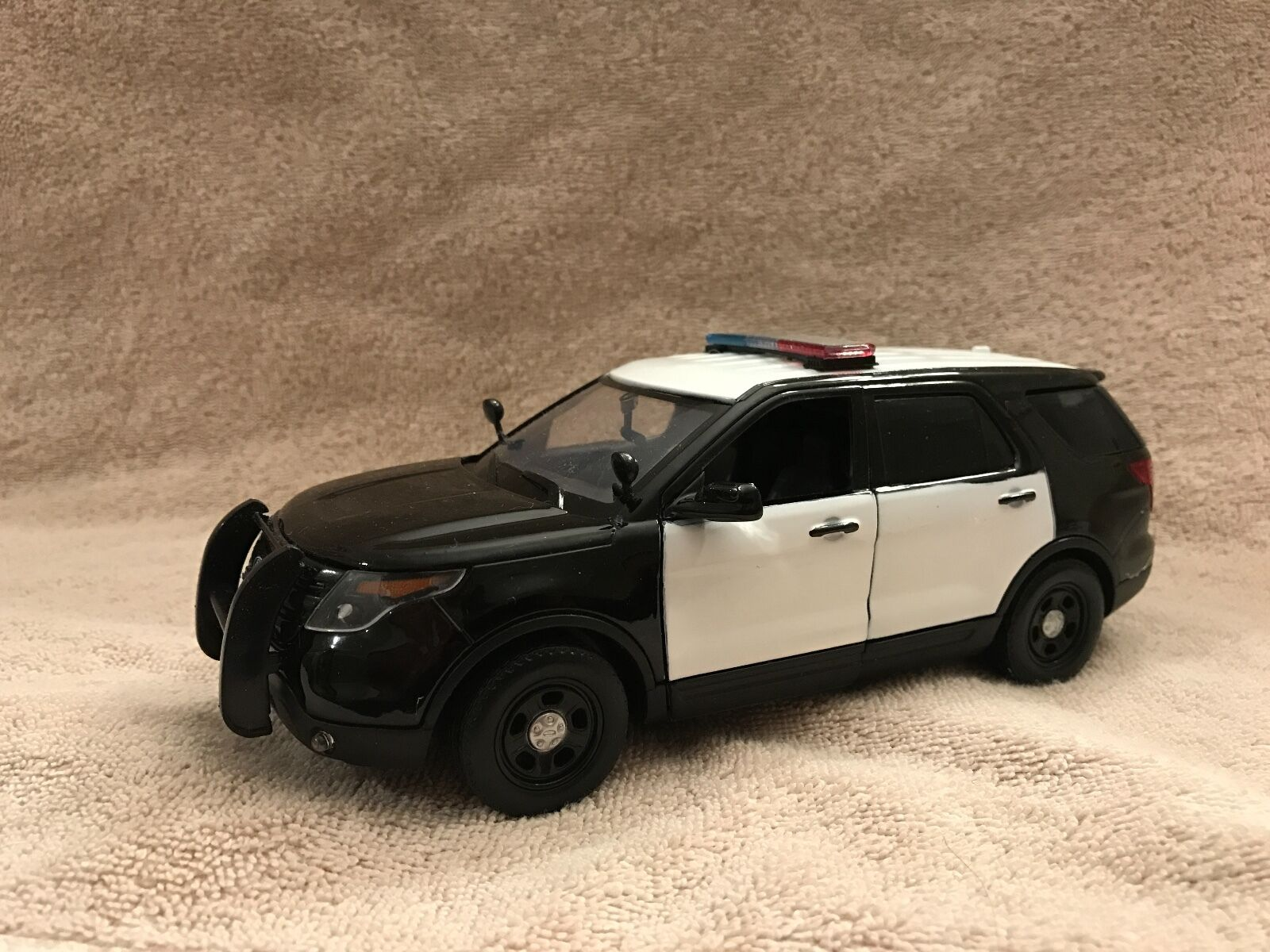 1/24 SCALE BK/bianca  POLICE FORD EXPLORER  BLANK WITH WORKING LIGHTS AND SIREN