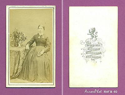 Cdv Auberlique : Femme Assise Accoudée Sur Une Table Fleurie Réf B40