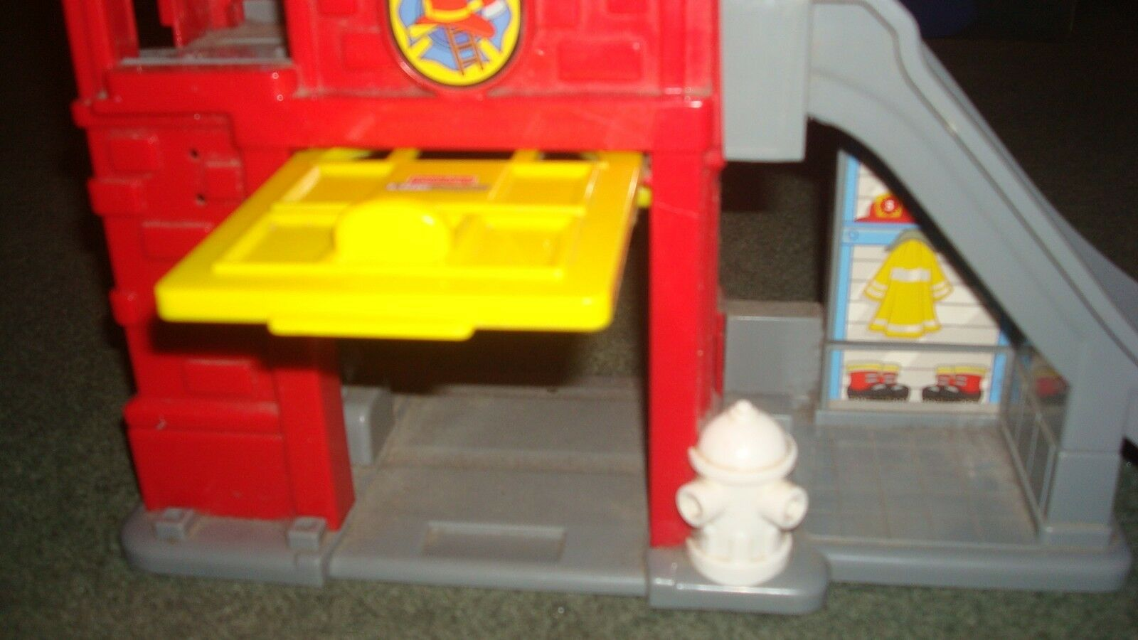MATTEL 2008 Fisher and Price fire brigade building and Fisher fireman figurine. 955bfc