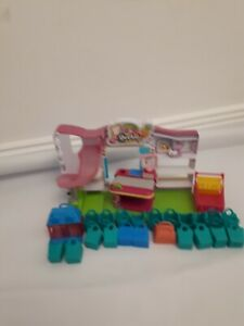 Shopkins-Supermarket-Playset-with-Shopkin-baskets-and-trolley