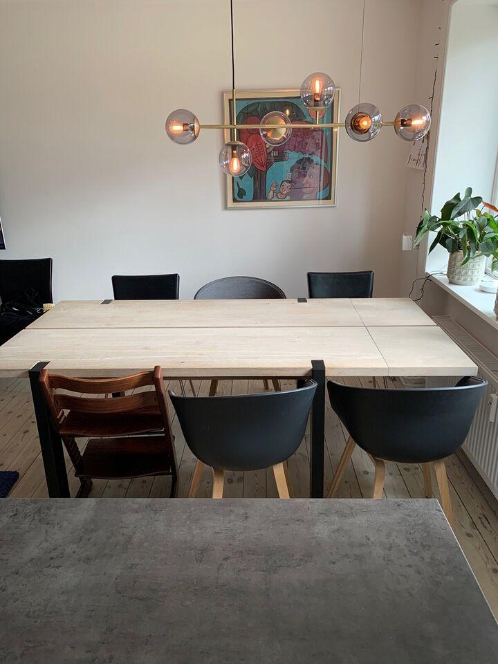 Spisebord, Børstet hvidolieret eg med sorte stålben,