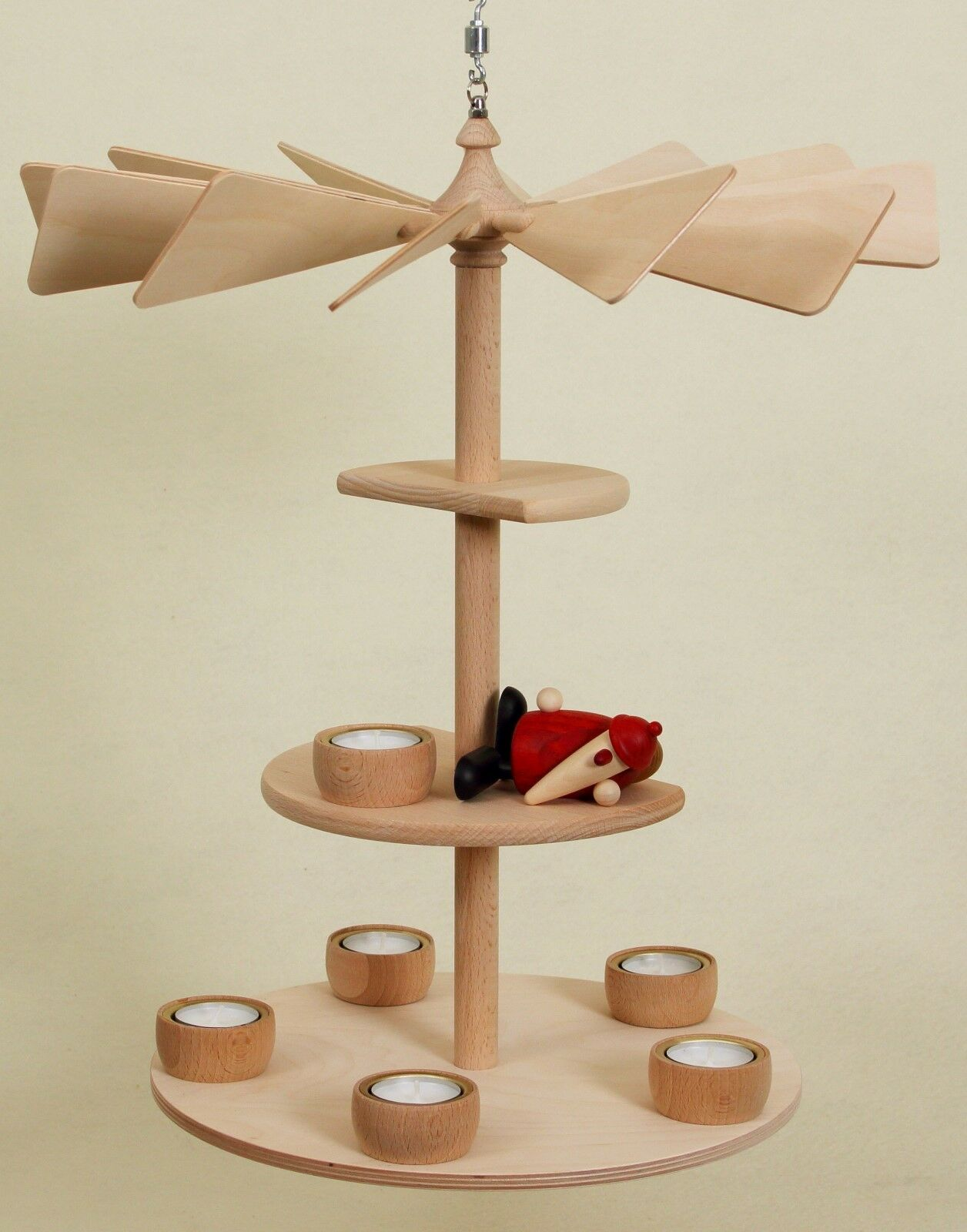 Björn Köhler Weihnachtsmann liegend mit Weihnachtspyramide v. fensterpyramide