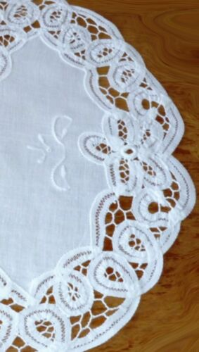beige 100/% Baumwolle Deckchen  30 cm rund mit Bändchenspitze u Stickerei weiß