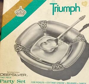 Vintage-TRIUMPH-International-Deep-SILVER-Plate-2-Pc-Party-Set-Spoon-amp-Tray-NIB