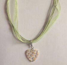 collier organza vert avec pendentif coeur fleurs jaunes 21x20mm