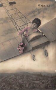 Cartolina-foto-artistica-donna-e-mazzolino-nel-un-aereo