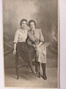 273-CPA-Photo-Deux-jeunes-femmes-Habillement