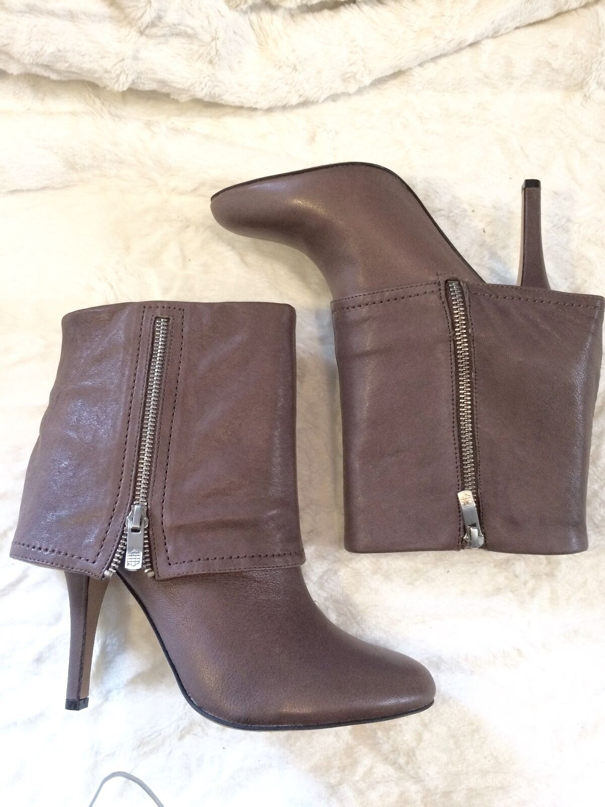 Vince Camuto Braun Leder Stiefel with 4in Heel, Round toe, and Zipper Closure.