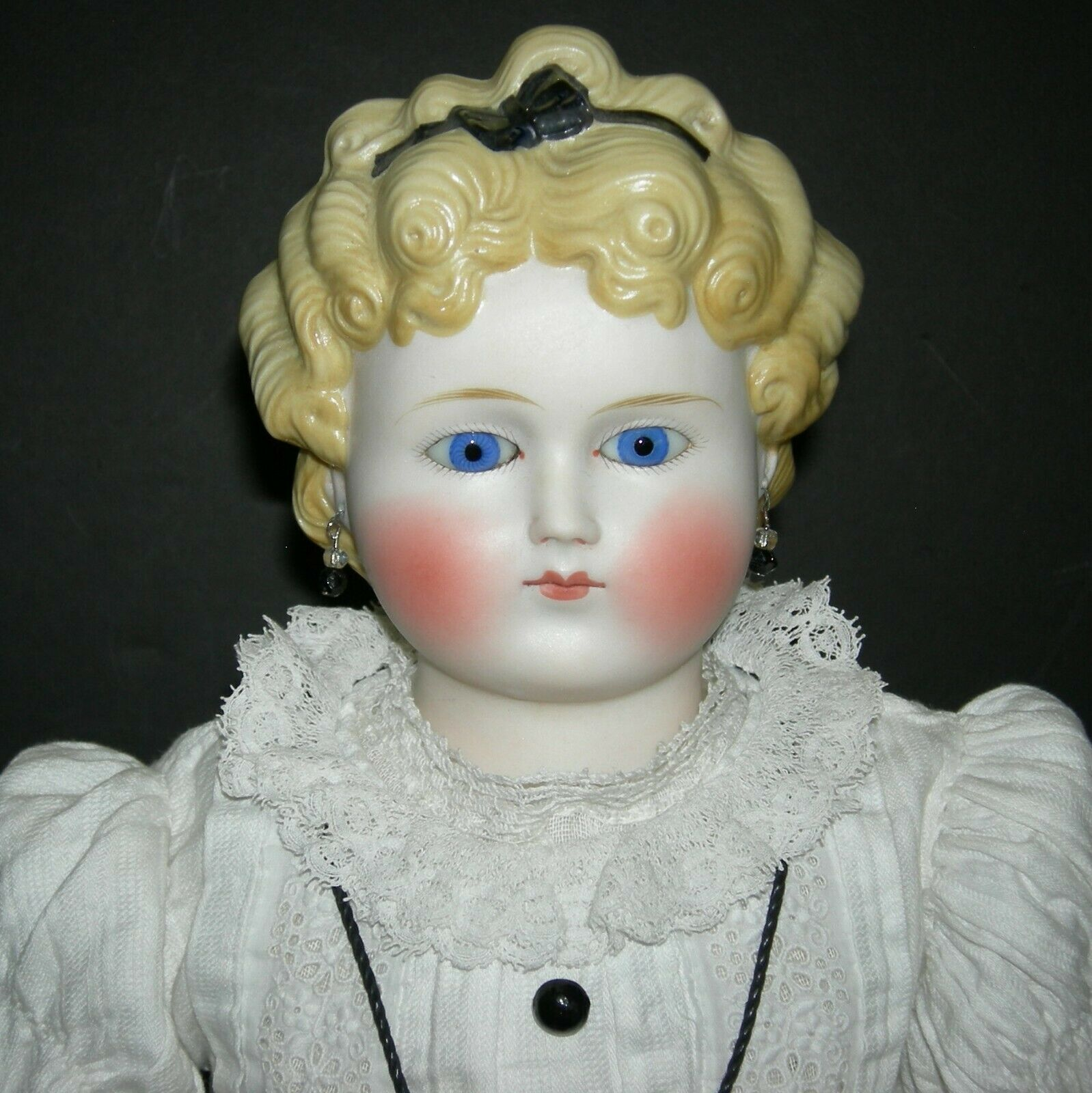 Cara rojoonda Parián moldeado pelo negro con ojos de vidrio-orejas perforadas-viejo cuerpo