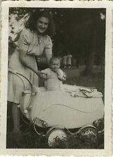 PHOTO ANCIENNE - VINTAGE SNAPSHOT - ENFANT LANDAU MODE -CHILD BABY CARRIAGE 1944