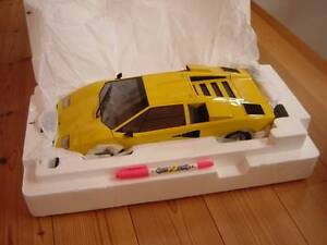 Kyosho-Lamborghini-Countach-LP400-1-12-1-12-yellow-New-Die-cast-from-Japan