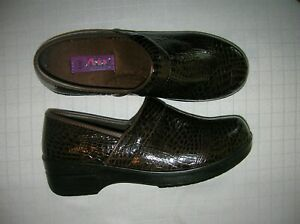 clogs-shoes-loafer-nurse-waitress-size-12-W-Brown-animal-print