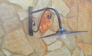 Lampada applique a parete per esterno in ferro battuto con piatto